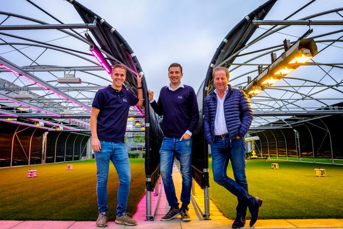 Glenn van der Burg, Mark Wubben en Nico van Vuuren (vlnr) zijn de grasdokters van Stadium Grow Lighting in Waddinxveen.