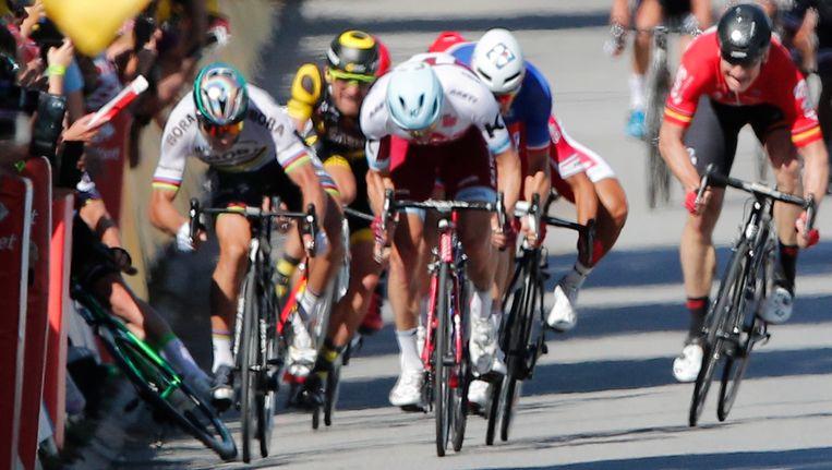 Peter Sagan beukt Mark Cavendish in de boarding. Beeld ap
