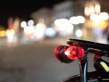 Bijna honderd fietsers zonder licht: politie deelt fietslampjes uit