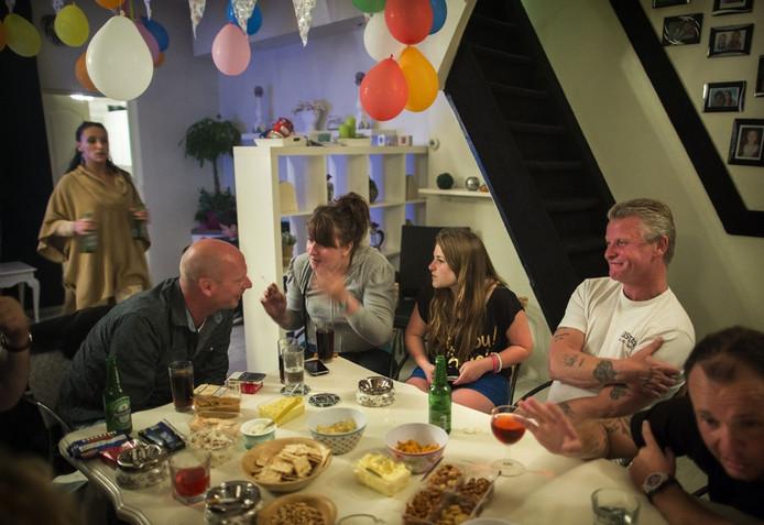 Daliszia Tas (13 jaar, 3e van rechts) viert haar verjaardag in Utrecht thuis bij haar opa en oma.