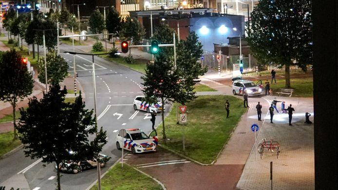 Een bizarre situatie langs de Westervoortsedijk in Arnhem tijdens de aanhouding na een schietpartij.