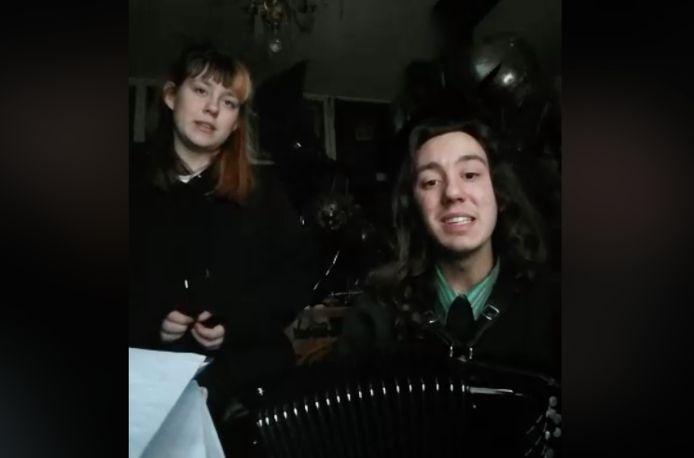 Leander en Ilona zingen What a Wonderful World van Louis Armstrong op hun dagelijkse livestream.