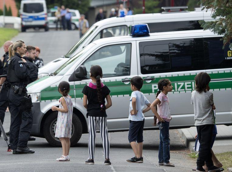 Politie bij een immigrantenwoning in Freital. Beeld ap