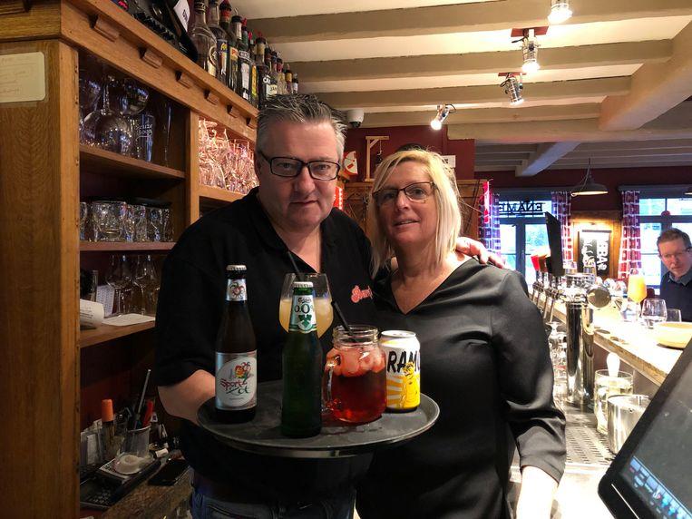Geert en Kathleen bieden hun klanten extra alcoholvrije drankjes aan tijdens Tournée Minérale.