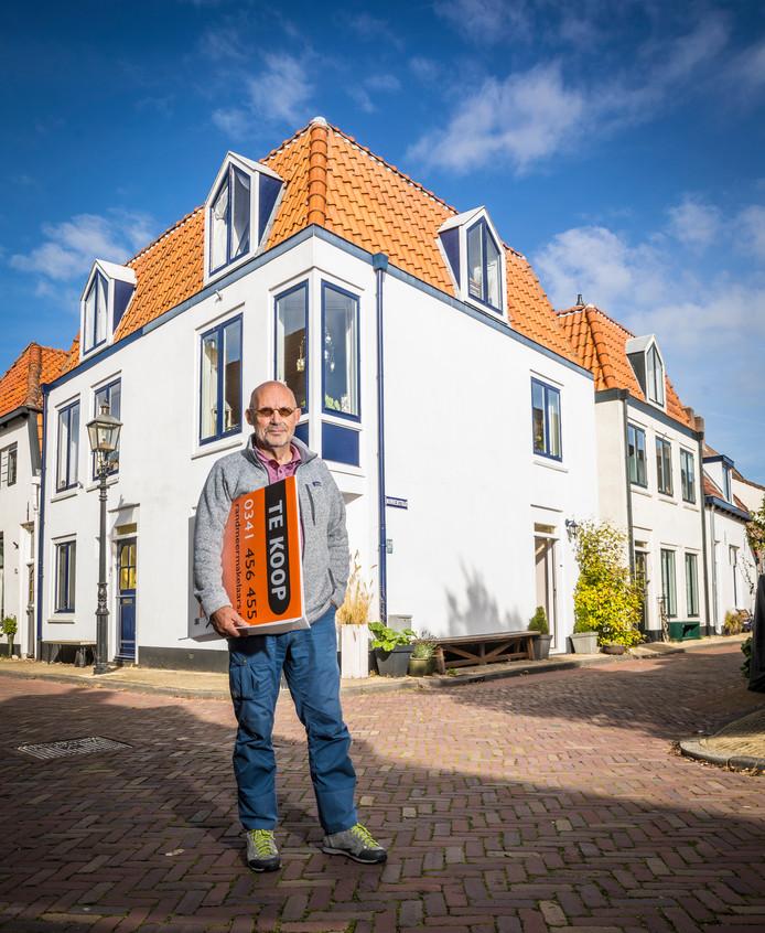 Peter Nadort voor zijn woning in de Nonnenstraat in Harderwijk.