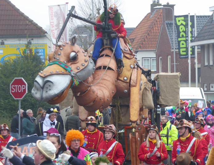 De gewraakte kameel in de Haaksbergse carnavalsoptocht.