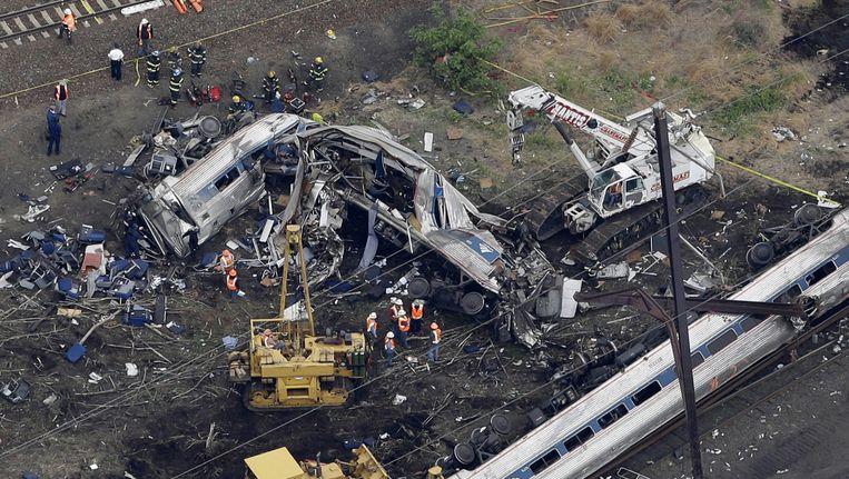 Een deel van de ontspoorde Amtrak-trein in Philadelphia. Beeld ap