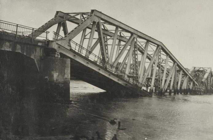 De brug bij Tholen werd in mei 1940 opgeblazen door het Nederlandse leger.