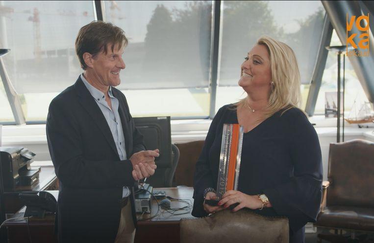 Esmeralda Peleman krijgt de award Voka Lokaal Klein-Brabant/Vaartland uit handen van voorzitter Rudi Cleymans