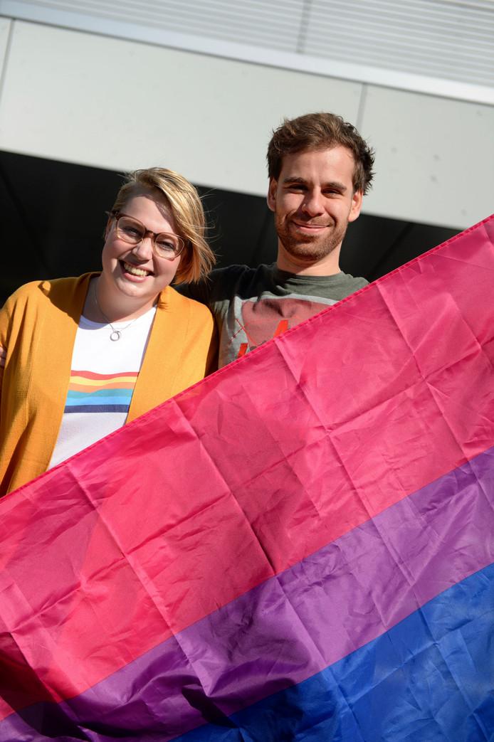 Thomas Hugen en Vera Korblet, niet met de regenboogvlag maar de bi-vlag.