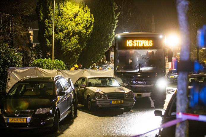 Hulpdiensten aan het werk bij een groot ongeluk aan de Comeniuslaan. Een bus is tegen meerdere auto's aangereden.