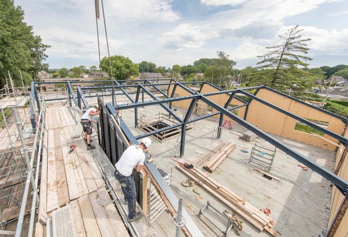 Bouwvakkers brachten deze week de dakschotten aan op de nieuwe school in Kloetinge.