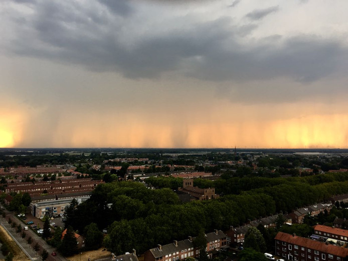 Regen boven Etten-Leur, te zien vanuit Breda.