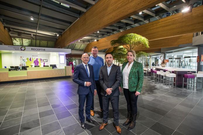 Chrit van Ewijk (links), bestuursvoorzitter van de twee Achterhoekse ziekenhuizen, geflankeerd door medebestuurslid Bijar Altalabani en de medisch specialisten Rutger Jansen en Miranda Wamelink.