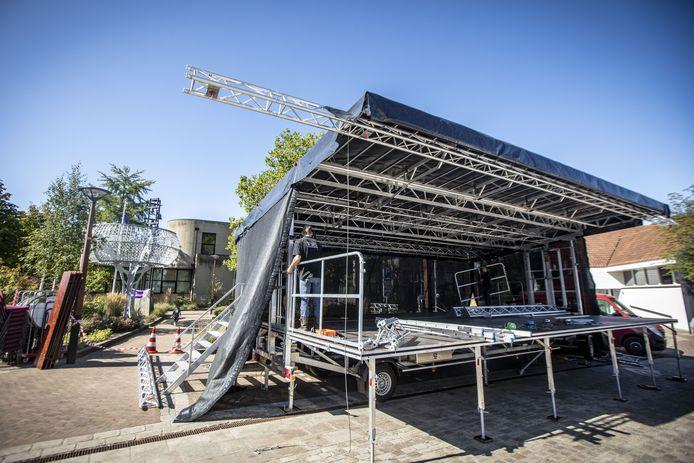 De podia zijn bijna klaar om artiesten te ontvangen die gaan optreden tijdens de Samenloop voor Hoop Tubbergen.