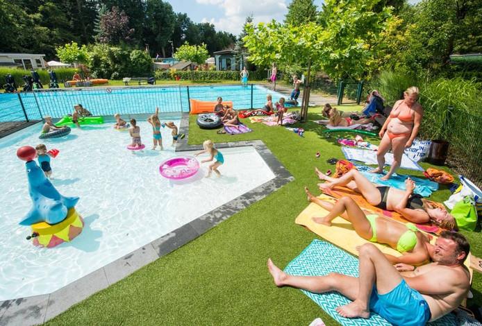 Eindelijk wat zon. Dus is het een feest op bij het zwembad van Camping Liesbos in Breda. foto René Schotanus/Pix4Profs