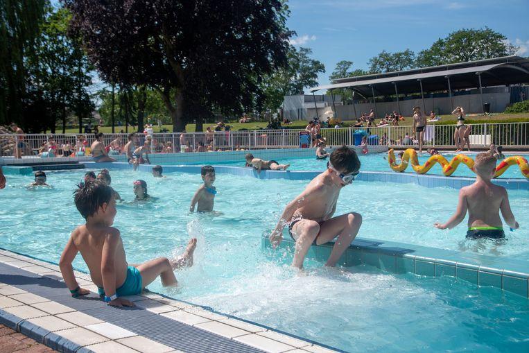 Hoogzomer in openluchtzwembad De Warande in Wetteren.