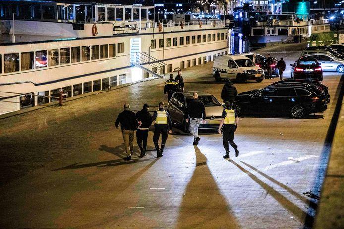 De politie en de handhaving van de gemeente Arnhem hebben zaterdagavond de afgesloten Rijnkade leeg geveegd. Er werden tientallen boetes uitgedeeld en een persoon werd aangehouden.