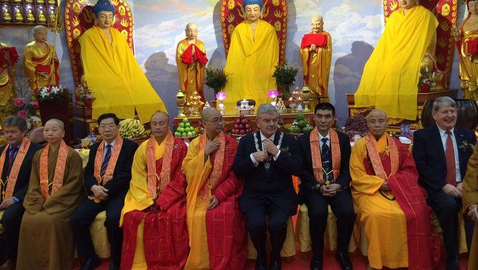 De Utrechtse burgemeester tijdens de opening en inwijding van de Chinees Boeddhistische tempel.