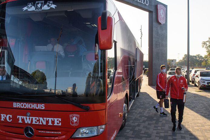 De spelersbus voor vertrek. De spelers en stafleden dragen mondkapjes in de bus.
