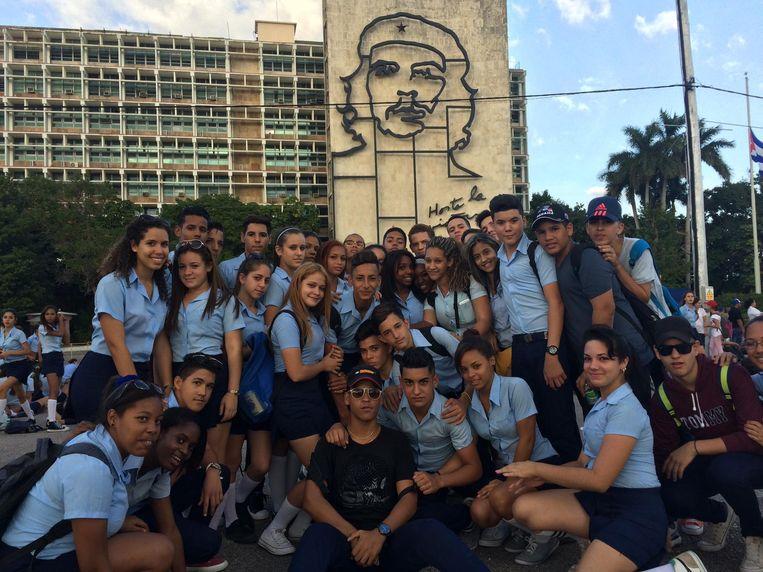 Leerlingen van de President Allende school zijn gekomen 'om de laatste eer te bewijzen aan Fidel'. Beeld Marjolein van de Water