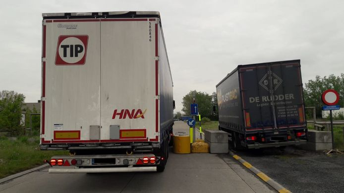 Verschillende vrachtwagens reden zich al meermaals vast in de wegversperring tussen de industriezone en de woonstraten.