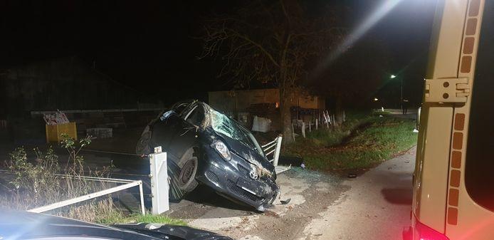 De auto moest uitwijken en is daardoor tegen een hekwerk aangekomen.
