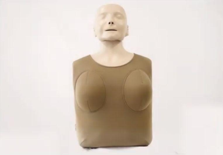 Het Amerikaanse Joan Creative heeft een hulpstuk ontwikkeld dat op de standaard reanimatiepoppen bevestigd kan worden.