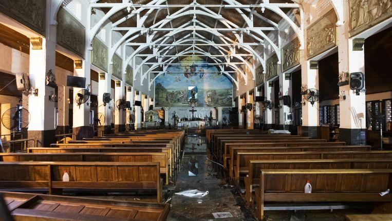Het interieur van een van de kerken, die is vernield tijdens de aanslagen in Sri Lanka. Beeld AFP