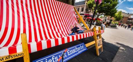 Liefs uit Enschede vanaf een mega strandstoel om de zomer  te vieren