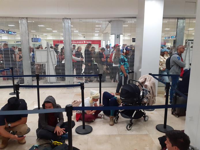 Les passagers en attente à l'aéroport de Cancun