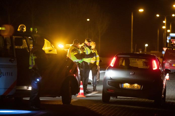 Evenals voorgaande avonden houdt de politie deze donderdagavond controles op de toegangswegen naar Urk. Wie er niets te zoeken heeft, wordt teruggestuurd.