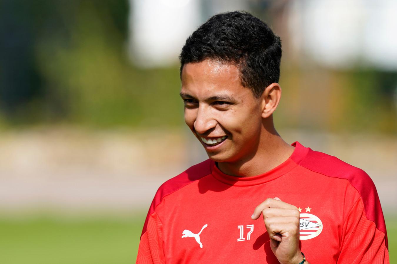 Mauro Júnior heeft plezier tijdens de training van PSV in het Duitse Marienfeld.