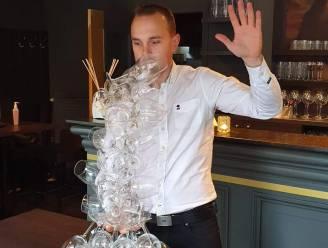 Kortrijkse ober breekt tóch wereldrecord wijnglazen dragen met één hand: 40 glazen!