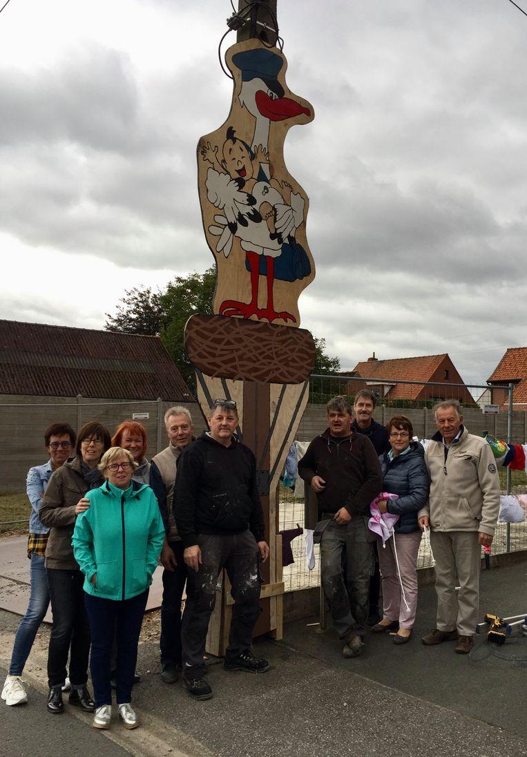 Aan het huis van de kersverse ouders uit de Oude Vichtestraat in Deerlijk hebben buren een grote ooievaar geplaatst.
