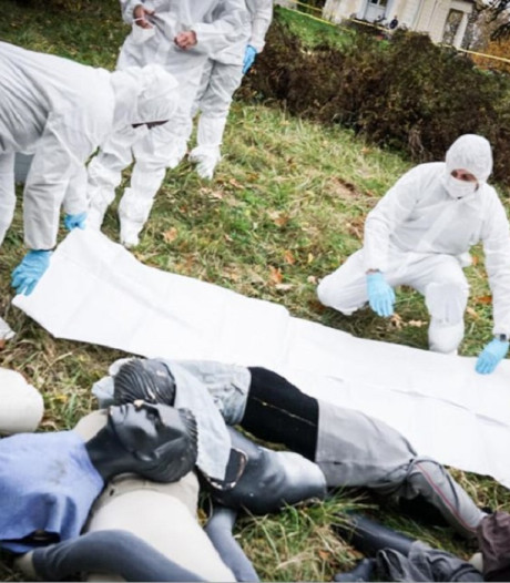 Onderzoekers van oorlogsmisdaden trainen met nepexecutie en -massagraf
