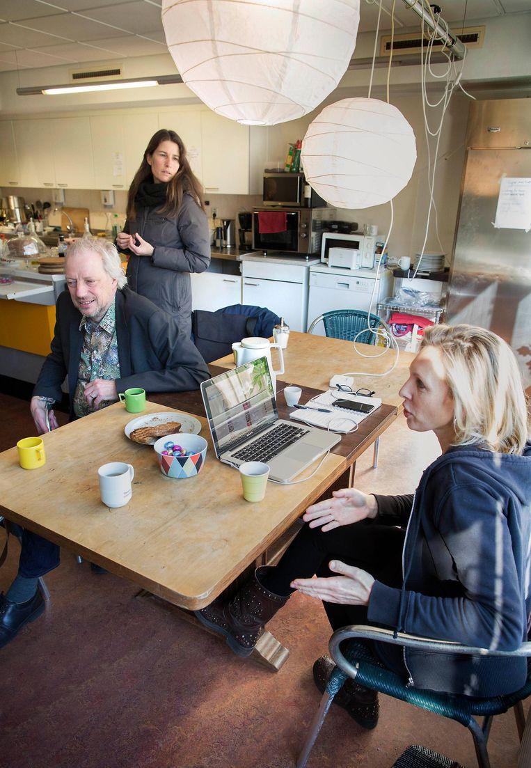 Lian Priemus (rechts op de foto) regelde een jaar geleden in een leegstaand Amsterdams kantoorpand opvang voor ruim dertig Syriërs. Beeld Werry Crone
