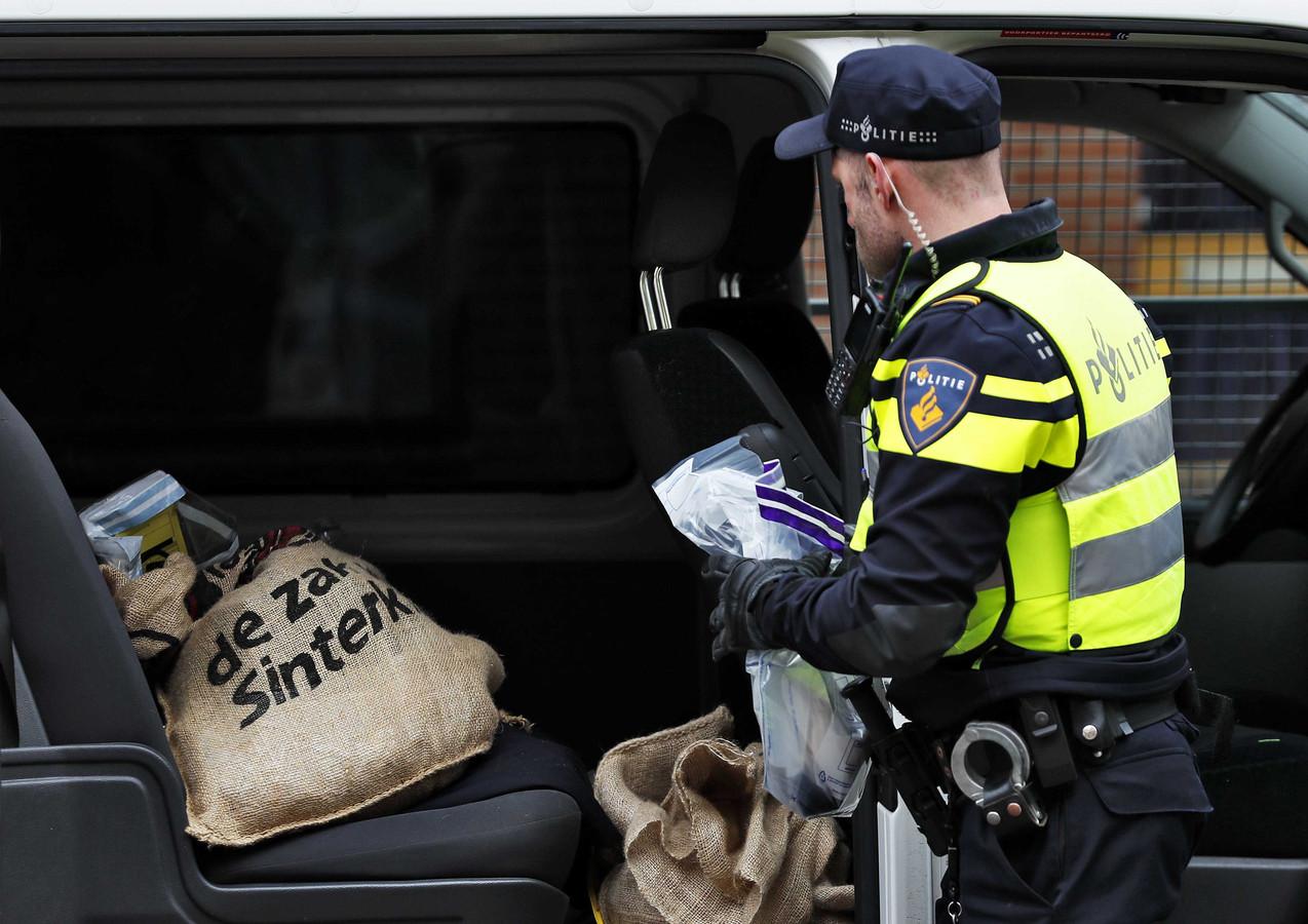 De Pegida-pieten moesten tijdens de arrestatie afstand doen van juten zakken met strooigoed.