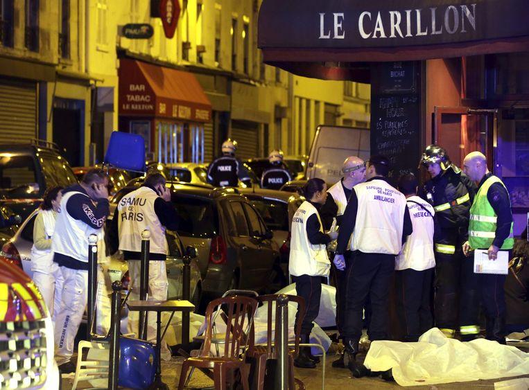 Afgedekte lichamen aan café 'Le Carillon' en restaurant 'Le Cambodge'.
