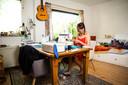 Tatiana Kiriënko maakt mondkapjes, in haar woning in de Arnhemse wijk Vredenburg.