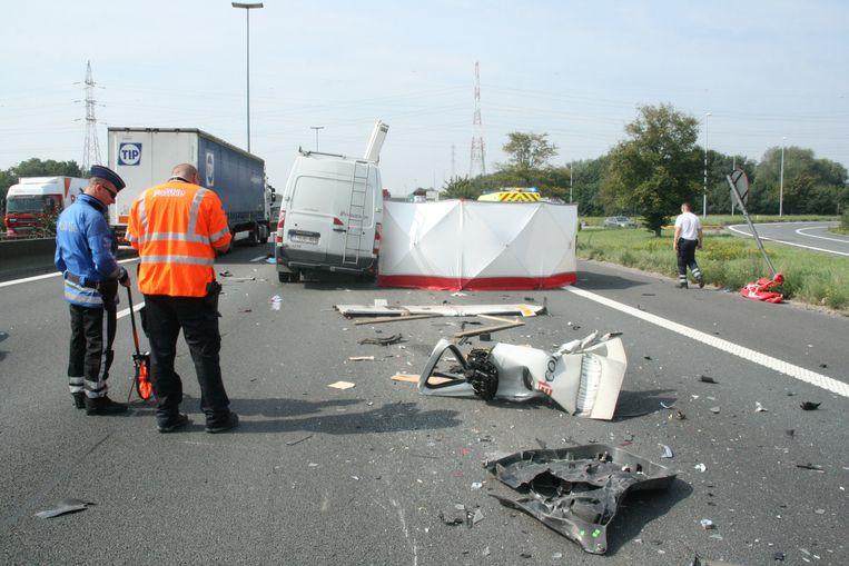 De bestelwagen die inreed op een vrachtwagen, de ravage was enorm.
