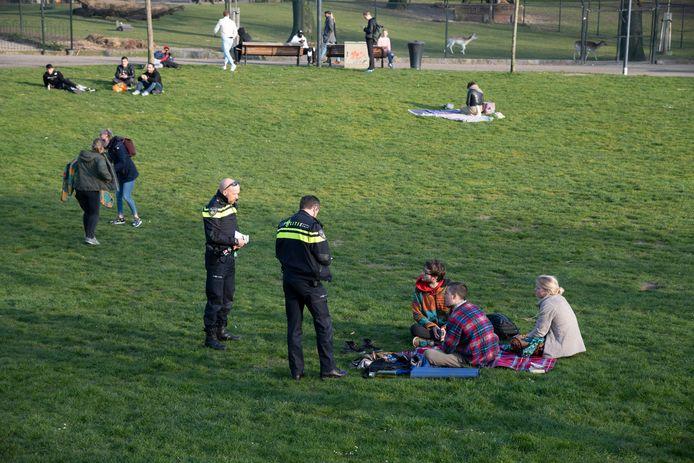Boetes worden uitgeschreven aan jongeren op kleedjes in het Kronenburgerpark in Nijmegen.