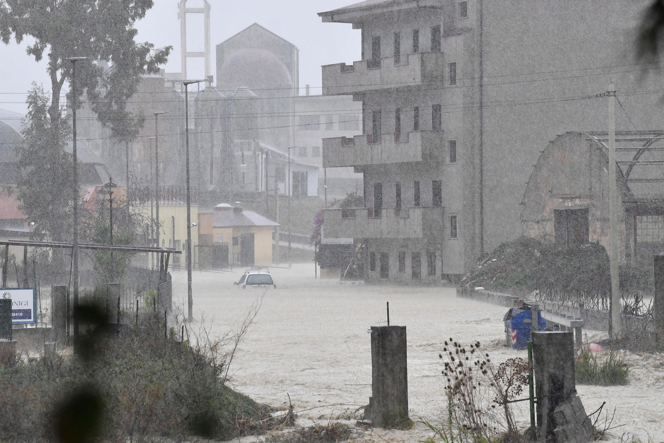 Ondergelopen straten en een gestrande auto in Crotone.