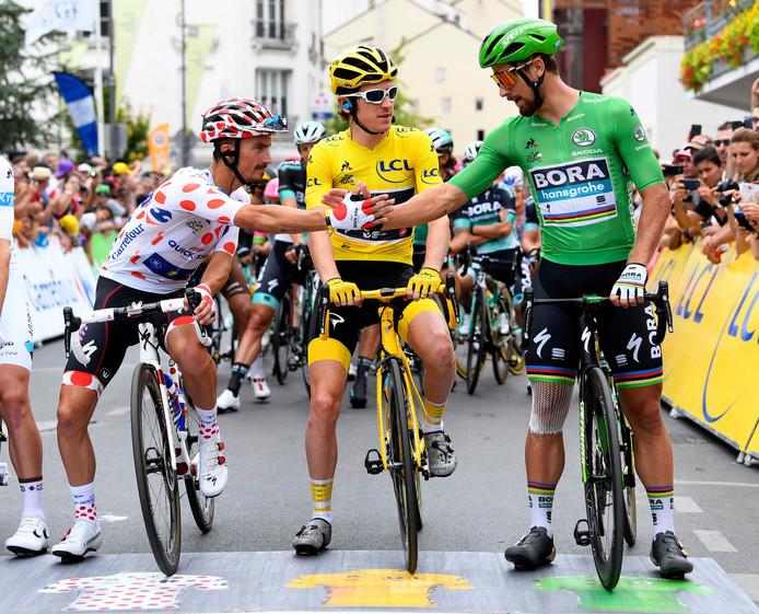 Voor de slotrit van de Tour de France van 2018 geeft winnaar van de bergtrui Julian Alaphilippe de man in het groen Peter Sagan een hand. Gele truidrager Geraint Thomas kijkt toe.
