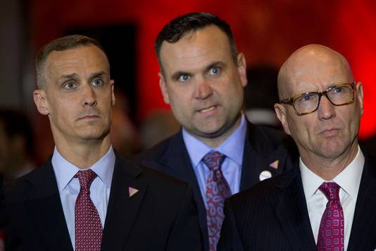 Daniël Scavino tussen Trump-vertrouwelingen Corey Lewandowski en Michael Glassner.