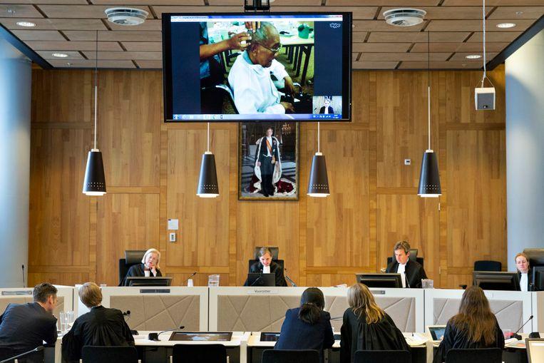 Yaseman getuigt via een videoverbinding voor de rechtbank in Den Haag. © Inge van Mill, Trouw