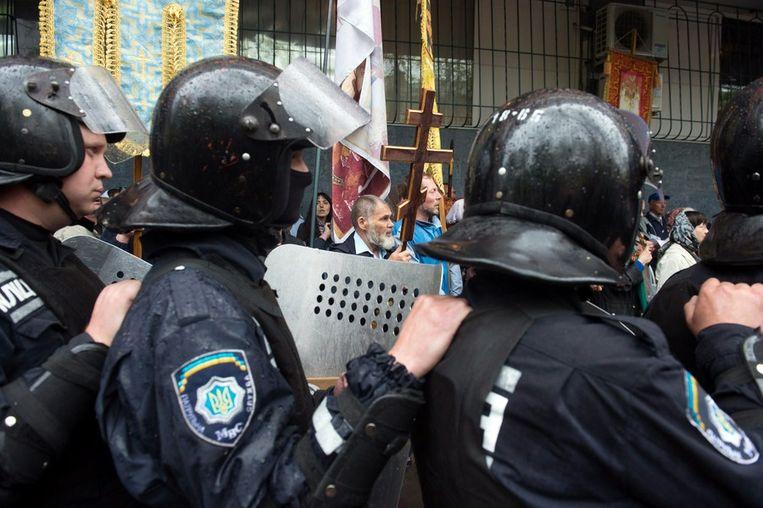 Oekraïense oproerpolitie in gevecht met pro-Russische activisten bij het politiebureau van Odessa. Beeld afp