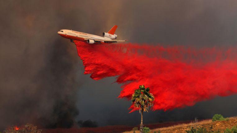 Een blusvliegtuig vliegt boven Orange in Californië.