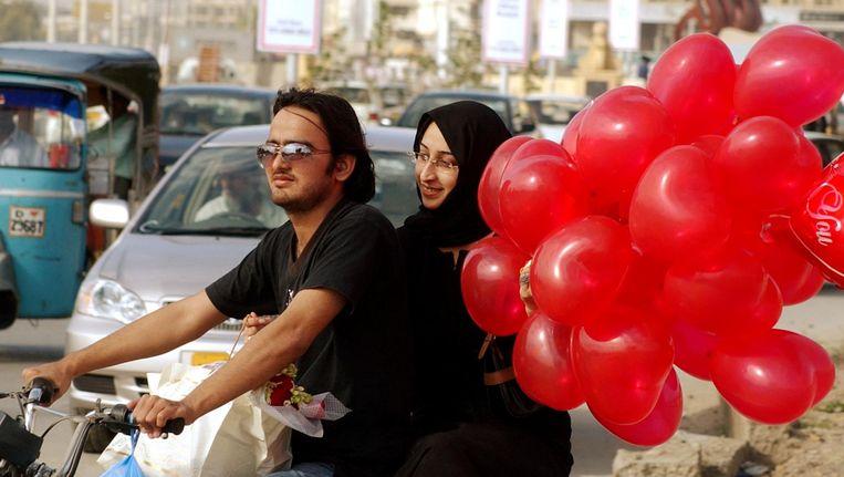 Een Pakistaans stelletje op de motor tijdens Valentijnsdag Beeld ap
