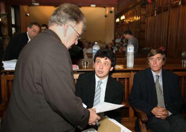 Wetsdokters Philippe Boxho (m) en Jean Poesmans (r) getuigen op de vijfde dag van het proces.